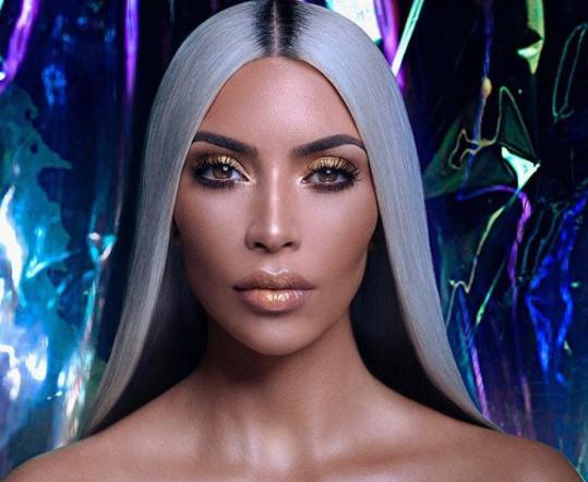 Kim Kardashian aparece banhada embrilho!